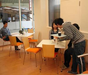発達障害者と地域との交流を目的にしたコミュニティーカフェ「ほっとSPACEくさつ」=草津市大路1のJR草津駅前商店街で