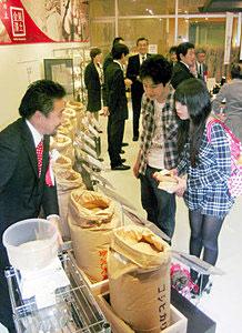 県産米14種類が並んだ量り売りコーナー=いずれも金沢市の近江町いちば館で