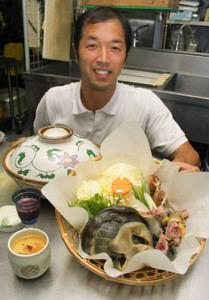 9月から提供を始めたスッポン料理と田辺一彦組合長=若狭町海山で