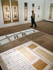 展示された雅休の作品や手紙、書道を教える手本=砺波市美術館で
