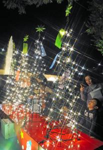 幻想的に輝くイルミネーション=鯖江市西山公園で