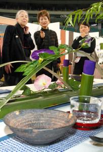 焼き物などでコーディネートされたテーブルを評価する審査員たち=名古屋市東区のナゴヤドームで