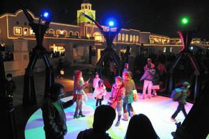 色とりどりの光が来場者を楽しませるオブジェ=蒲郡市のラグーナ蒲郡で