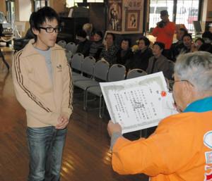 平林理事長から表彰状を受け取る市川さん(左)=恵那市明智町の大正ロマン館で
