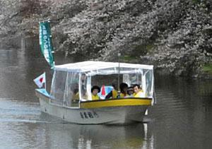 今季、乗客数を大きく伸ばした堀の遊覧船=高岡古城公園で