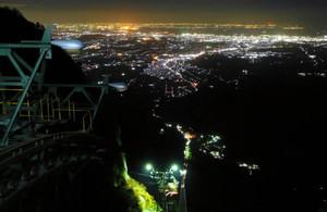 御在所岳から伊勢湾を望んだ夜景(御在所ロープウエイ提供)