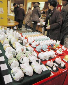 約220種、3800点のウサギグッズを集めた「正月展」=静岡市駿河区の駿府匠宿で