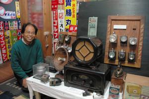 ナショナルランプ(右上)やラジオ(中)などが展示された「明るいナショナル・広告の世界」展=豊川市大橋町で