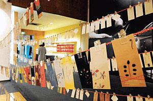 遊び心のあるぽち袋が並ぶ作品展=県立伝統産業工芸館で