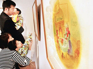 かすや昌宏さんの原画作品が並ぶ会場=射水市大島絵本館で