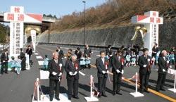 テープカットをして相良バイパスの開通を祝った川勝知事(手前右から2人目)ら=牧之原市西萩間で