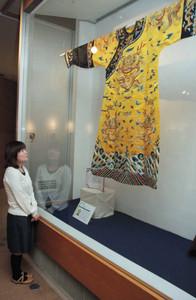 重厚な雰囲気を醸し出す中国の復元絹織物=岡谷市で