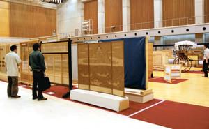 全国から集まった建具が並ぶ会場=高山市千島町の飛騨世界生活文化センターで