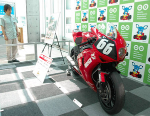 鈴鹿8耐をPRしようと展示された、参戦予定のバイク=鈴鹿市役所で