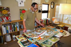 ミットグッチさんの希少な絵本などが並ぶギャラリー=金沢市武蔵町で