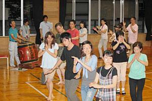 福島県相馬市に伝わる相馬盆踊りを練習する参加者ら=富山市総曲輪で