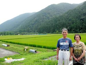 ツアー参加者を受け入れる所満さん(左)と妻かね子さん(右)=本巣市根尾長島で