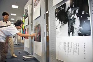 原爆の恐ろしさを訴えるパネル展=福井市のアオッサで
