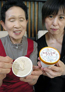 香ばしい風味が人気の「おまん小豆アイス」=津幡町竹橋で
