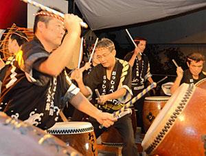 力強いばちさばきが披露された太鼓の祭典=小松市粟津温泉で