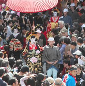 昨年のおいらん道中の様子=名古屋市中区の大須観音で(大須商店街連盟提供)
