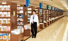 市内最多の約80万冊を取り扱う大型書店=静岡市葵区鷹匠で