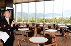 晴天の日には富士山も望める開放的な映画館のウェルカムロビー=静岡市葵区鷹匠で