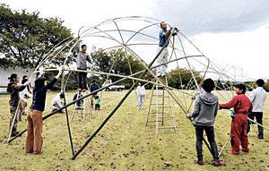 竹を骨組みにしたドームを作る参加者=七尾市能登島向田町で