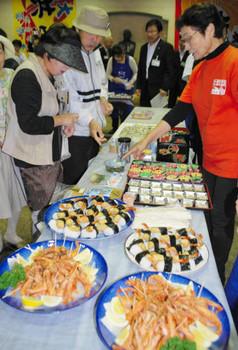 地魚を使った料理を紹介する漁協女性部のメンバーら=福井市の県水産会館で