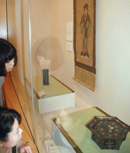 装飾的な道具が並ぶ会場=福井市の市愛宕坂茶道美術館で