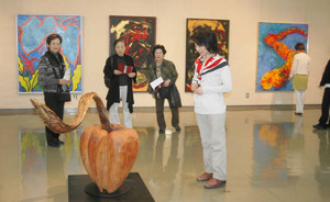 前衛的な絵画や彫刻が並ぶ中部美術文化展=名古屋市博物館で