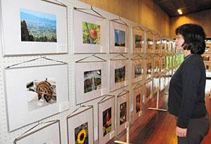 小中学生による作品が並ぶデジカメ写真展=となみ散居村ミュージアムで