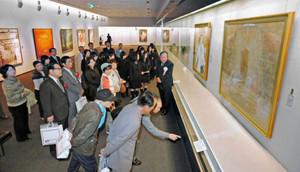 一流の作品の数々をじっくり鑑賞する来場者たち=福井市の県立美術館で