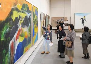 表現豊かな洋画が並ぶ新制作絵画展=名古屋市東区の県美術館ギャラリーで