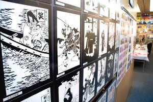 浮世絵を題材にした切り絵などが並ぶ会場=浜松市中区で