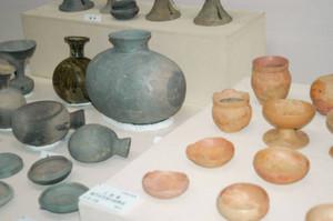 衣原11号墳で発掘された須恵器や土師器=藤枝市若王子の市郷土博物館で