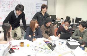 大詰めの打ち合わせをする「Hamamatsu合同大学祭」実行委員会のメンバー=浜松市中区の静岡大で