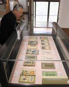 熊田の向学心がうかがえる書物が並べられた会場=白山市呉竹文庫で
