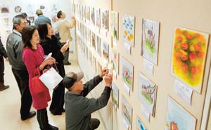 大勢の来場者でにぎわうチャリティー色紙展の会場=浜松市の遠鉄百貨店で