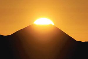 富士山の山頂から顔を出し昇っていく朝日=13日午前6時53分、駒ケ根市の中央アルプス千畳敷で