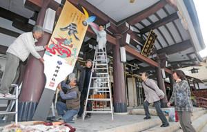 参拝客たちの目を引くジャンボえと羽子板=福井市の神明神社で