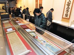 にぎわう宝物館の「新春特別展」=熱田神宮で