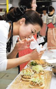 創作料理を作る「新なごやめし決定戦」2次審査の参加者=名古屋市中区の栄中日文化センターで