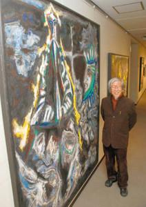 被災地復興への願いを込めた絵を展示している堀尾さん=名古屋市中区栄で
