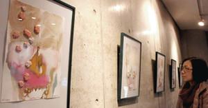 スイス人画家シモナ・デフローリンさんが短歌から着想を得て制作した水彩画作品=岐阜市茜部本郷の希望社ギャラリーで