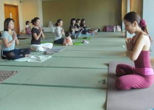 おんぱくの催しで長良川温泉旅館でヨガをする女性たち=岐阜市湊町の十八楼で