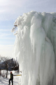 水が流れる姿で凍り付いた氷瀑=菰野町の御在所岳で