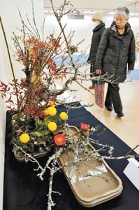 各流派の作品が並ぶ「早春いけばな展」=名古屋市千種区の名古屋三越星ケ丘店で
