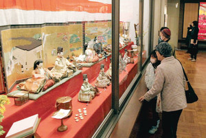 大名家に伝わる華やかなひな人形が展示された「尾張徳川家の雛まつり」=名古屋市東区の徳川美術館で