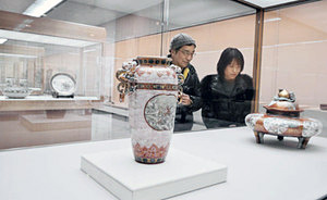 輸出用に作られた明治の九谷焼作品を鑑賞する人たち=県立美術館で